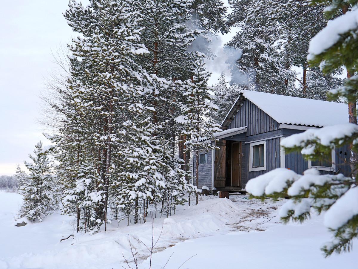 Отдых в лесной избушке в Карелии зимой