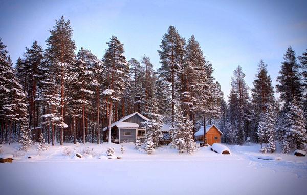 в Карелии на берегу озера изба Кайналойнен зимой