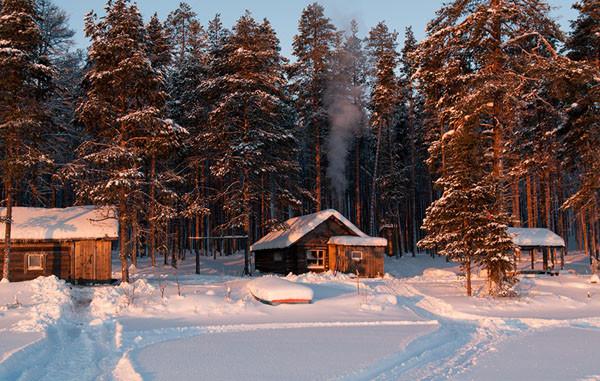 в Карелии на берегу озера изба Хирмуш зимой