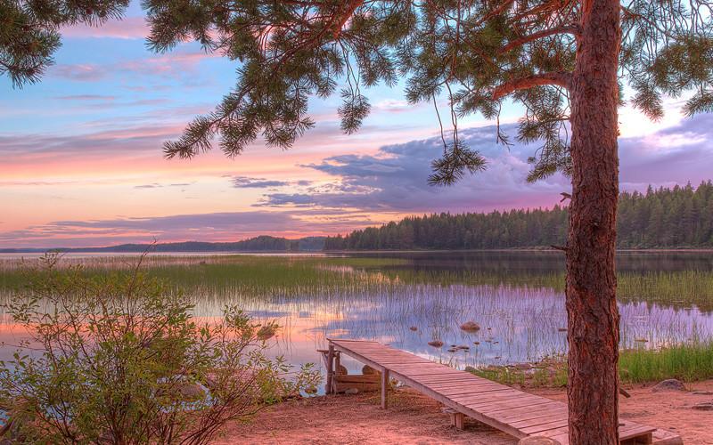Избушки на берегу озера в Карелии летом