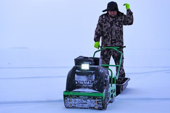 В Карелии зимой - аренда мотособаки для рыбалки и прогулок