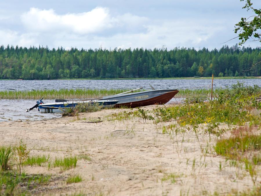 Изба Кепа на берегу озера в Карелии