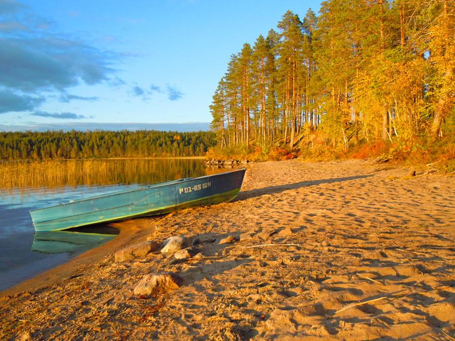 Отдых в Карелии на берегу озера - изба на Вайкульском