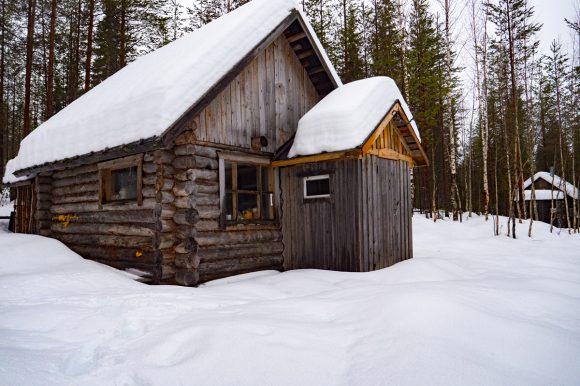 Отдых в Карелии на берегу озера Муасъярви зимой изба Приют рыбака
